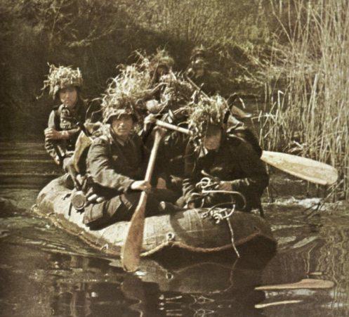 Γερμανοί στρατιώτες με λέμβο διανύουν ένα ποτάμι. Η εικόνα δίνει μια άποψη της εφόδου στο Στυμώνα