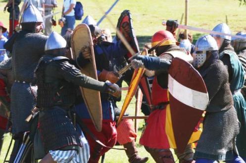 Σύγχρονη αναπαράσταση σύγκρουσης Βυζαντινών και Νορμανδών. Ευγενική χορηγία του Αυστραλιανού Συλλόγου ιστορικών μελετών «Νέα Βαράγγεια Φρουρά».