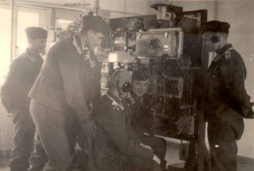 Συντονιστές τις γερμανικής αεροπορίας κατευθύνουν τα σμήνη της Luftwaffe κατά της Γραμμής Μεταξά.