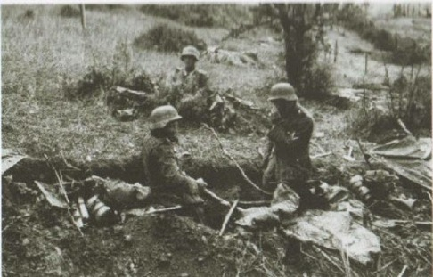 German troops in front during a pause of the fighting